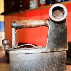 Antigüedades: PLANCHA DE CARBON CON CHIMENEA MANGO DE MADRA MARCADA CON EL 9 BONITA PATINA. Lote 36769479