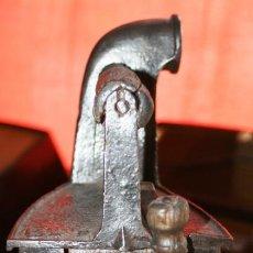 Antigüedades: PLANCHA DE CARBON CHIMENEA EN HIERRO FUNDIDO CON DESCONOCIDA MARCA LIMPIA Y ENCERADA. Lote 36770192