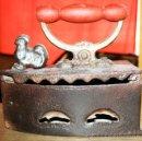 Antigüedades: PLANCHA DE CARBON EN HIERRO FUNDIDO GALLO PORTUGESA SIN MARCA RESTAURADA A LA CERA VER FOTOS. Lote 113175799