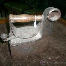 Antigüedades: BONITA Y ANTIGUA-ANTIGUA PLANCHA DE CHIMENEA. EN ESTAS PLANCHAS ERA PRECISO INTRODUCIR CARBÓN. Lote 36811453