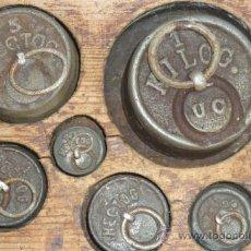 Antigüedades: JUEGO DE PESAS EN HECTOGRAMOS Y SU CAJA DE MADERA ORIGINAL. Lote 36880394