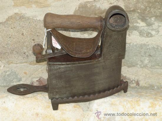 PLANCHA HIERRO FUNDIDO. S XIX. ESPAÑA. TRESPIES HIERRO. (Antigüedades - Técnicas - Planchas Antiguas - Carbón)