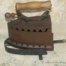 Antigüedades: PLANCHA HIERRO FUNDIDO Y MADERA. C 1900. ESPAÑA. TRESPIES HOJALATA.. Lote 36908296