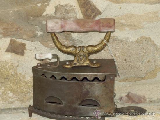 PLANCHA HIERRO FUNDIDO .C 1900. ESPAÑA. TRESPIES HIERRO. (Antigüedades - Técnicas - Planchas Antiguas - Carbón)