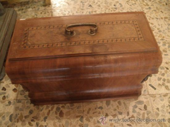 Antigüedades: CURIOSA Y RARA MÁQUINA DE COSER PORTÁTIL STELLA 705 - Foto 2 - 36935560