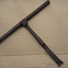 Antigüedades: CERROJO METALICO ANTIGUO EN HIERRO FORJADO, CON TRES CLAVOS/ARGOLLAS.. Lote 36968652