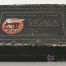 Antigüedades: RARA CAJA DE CARTON MAQUINAS DE COSER Y BORDAR SIGMA (21,5X8X4CM APROX). Lote 37070136