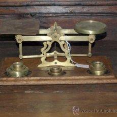 Antigüedades: BALANZA PESACARTAS, BRONCE Y MADERA. INGLATERRA. 9 PESAS. . Lote 37161884