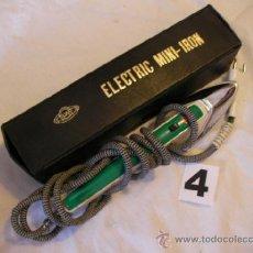 Antigüedades: ANTIGUA PLANCHA ELECTRICA EN SU ESTUCHE ESPECIAL PARA CUELLOS Y MANGAS (DELGADA). Lote 37321779