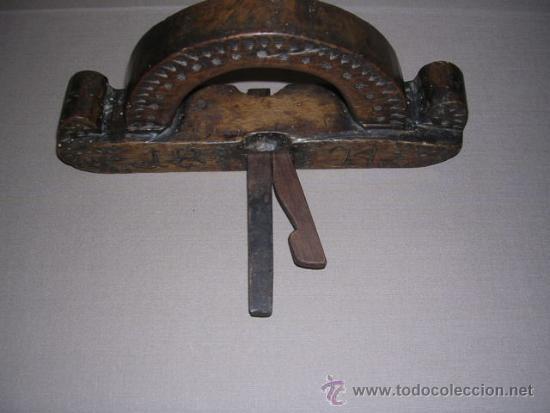 Antigüedades: ANTIGUO CEPILLO TALLADO Y FECHADO 1824 TODO TALLADO VER FOTOGRAFIAS BUENA PATINA 24,5X4,5 CM. - Foto 3 - 37200507