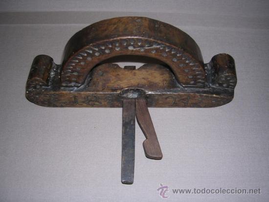 Antigüedades: ANTIGUO CEPILLO TALLADO Y FECHADO 1824 TODO TALLADO VER FOTOGRAFIAS BUENA PATINA 24,5X4,5 CM. - Foto 4 - 37200507