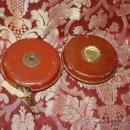 Antigüedades: BONITA PAREJA DE CINTAS METRICAS EN RESINA, METAL Y CINTA DE PAPEL CARTON. PRIC. S XX.. Lote 37216627
