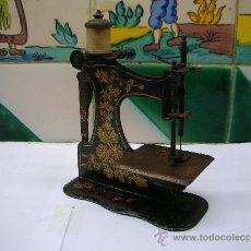 Antigüedades: MÁQUINA DE COSER DE JUGUETE EN METAL SERIGRAFIADO. NUM 137864/5 ALREDEDOR DE 1900 IN GERMAN. Lote 37495390