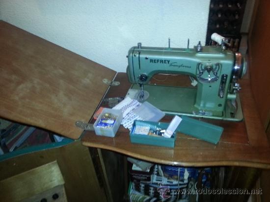 Antigüedades: Máquina de coser Refrey Transforma, con mueble en madera de haya exclusivo. Funciona muy bien. - Foto 8 - 37510468