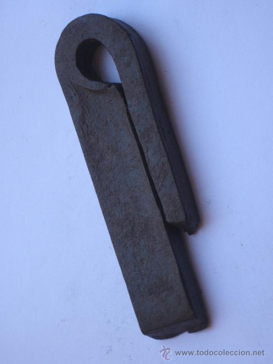 1 LIBRA ANTIGUA DE PESO, EN HIERRO FORJADO. (Antigüedades - Técnicas - Medidas de Peso Antiguas - Otras)