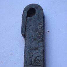 Antigüedades: 1 LIBRA ANTIGUA DE PESO, EN HIERRO FORJADO.CONTRASTES.ETNOGRAFIA.. Lote 37583442