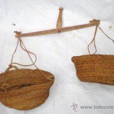 Antiquités: ANTIGUA BALANZA MANUAL DE MADERA CON 2 CESTOS O CAPAZOS DE ESPARTO. Lote 37663067