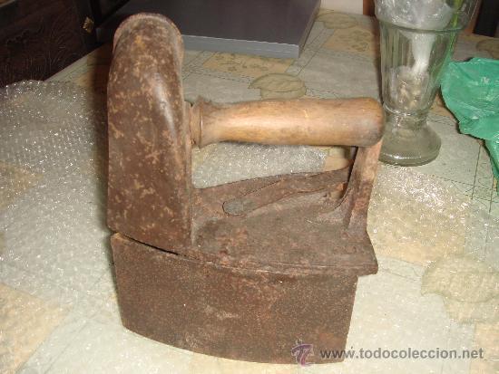 Antigüedades: antigua plancha de carbón con chimenea para el humo / de entre 1800 y 1900 - Foto 3 - 37680663