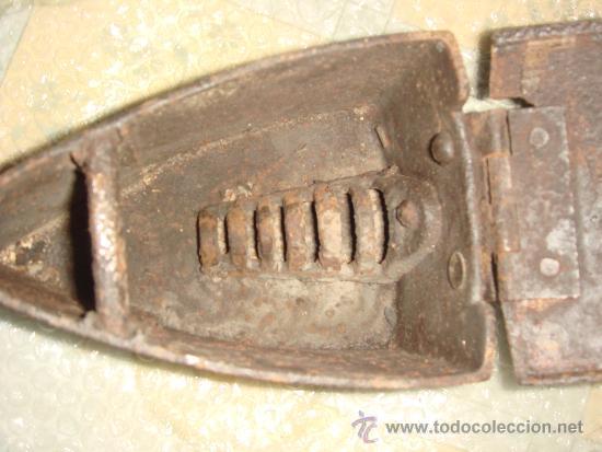 Antigüedades: antigua plancha de carbón con chimenea para el humo / de entre 1800 y 1900 - Foto 4 - 37680663