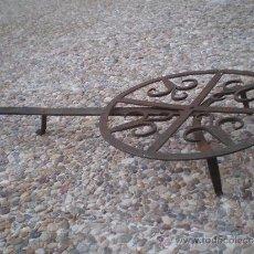 Antigüedades: VIEJA PARRILLA GIRATORIA DE HIERRO. Lote 37695754