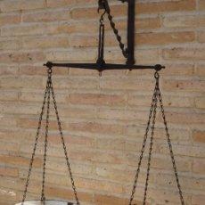 Antigüedades: BALANZA/ROMANA ANTIGUA DE DOS PLATOS METALICOS CON BAÑO DE PORCELANA.. Lote 37889934
