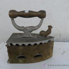 Antigüedades: PLANCHA DE CARGON FIGURA DE GALLO. Lote 38361712