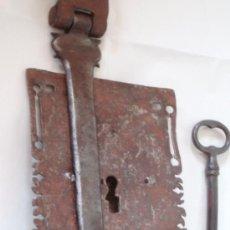 Antigüedades: ANTIGUA CERRADURA DE FORJA ARCA O BARGUEÑO VER. Lote 38408347