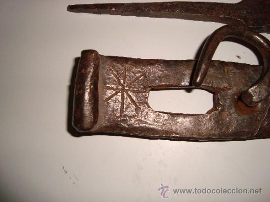 Antigüedades: INUSUAL ALDABA CINCELADA - Foto 5 - 38668830