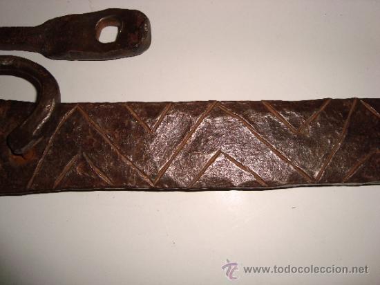 Antigüedades: INUSUAL ALDABA CINCELADA - Foto 4 - 38668830
