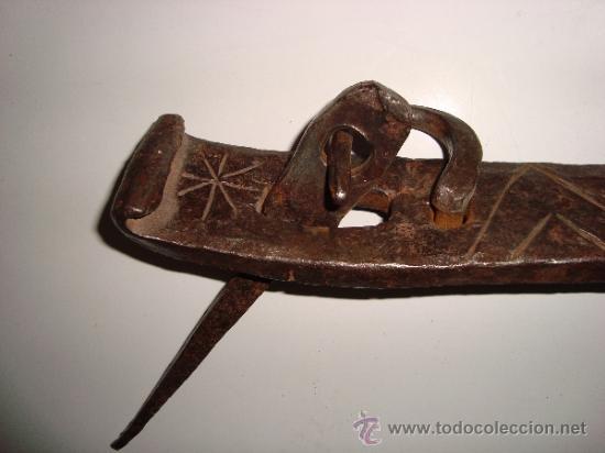Antigüedades: INUSUAL ALDABA CINCELADA - Foto 2 - 38668830