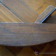 Antigüedades: CEPILLO DE CARPINTERO. LA BASE ES UN POCO SEMICIRCULAR. GRABADO 1955. Lote 38757275