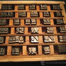 Antigüedades: IMPRENTA, LETRAS DE PLOMO - ABECEDARIO 28 BODONI, 66 PIEZAS VERSALES Y CAJA BAJA, CON CAJITA -. Lote 26534709