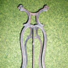 Antigüedades: ANTIQUISIMO PIE DE MAQUINA DE COSER EN FORJA PRINCIPIOS DE SIGLO . Lote 38950438