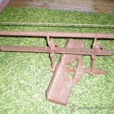 Antigüedades: ANTIGUA MAQUINA DE CORTAR EN INGLETE TODA DE FORJA PARA DECORACIÓN MARCA OROSIBE PRISTE. Lote 38968310