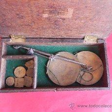 Antigüedades: BONITA Y ANTIGUA BALANZA PLATOS DE LATÓN EN SU CAJA DE MADERA. Lote 38973014