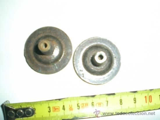 Antigüedades: antigua pareja de tiradores de bronce para mesita de noche de 2 cajones años 60 - Foto 2 - 38998969