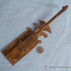 Antigüedades: ANTIGUO PESTILLO EN HIERRO FORJADO FORJA S. XVIII. Lote 39061624