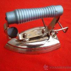 Antigüedades: ANTIGUA PLANCHA ELECTRICA PEQUEÑA MARCA AGI ( 14.5 LARGO X 10 ALTO X 8.5 ANCHO ). Lote 39269747