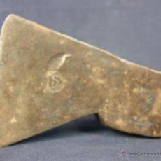 Antigüedades: PEQUEÑA HACHA DE HIERRO ANTIGUO CON CUÑO EN LATERAL DE HOJA. Lote 39413645