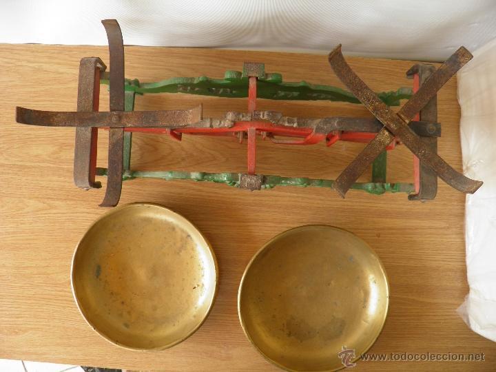 Antigüedades: Antigua balanza o peso con sus platos de metal, para 20 kilos. - Foto 4 - 39685115