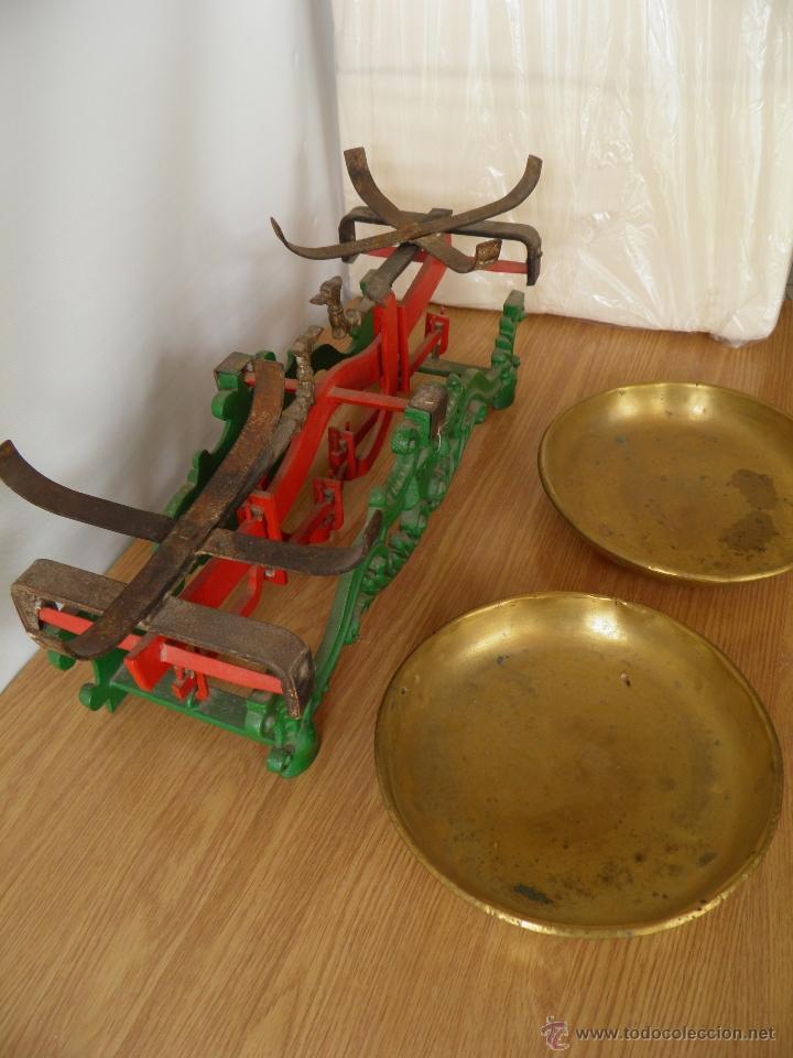 Antigüedades: Antigua balanza o peso con sus platos de metal, para 20 kilos. - Foto 5 - 39685115