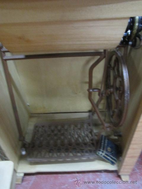 Antigüedades: Máquina de coser Singer, encastrada en mueble de formica. Medida mueble: 41 x 57,5 x 80 cms. altura. - Foto 2 - 39912591
