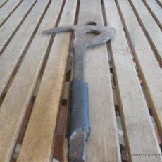 Antigüedades: ANTIGUA HERRAMIENTA EN FORJA POSIBLEMENTE HACHA DE BOMBEROS O ABORDAJE. Lote 39951791