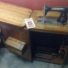 Antigüedades - Máquina de coser y bordar Alfa, de bobina central, mod. A, Eibar, completa. - 40145869