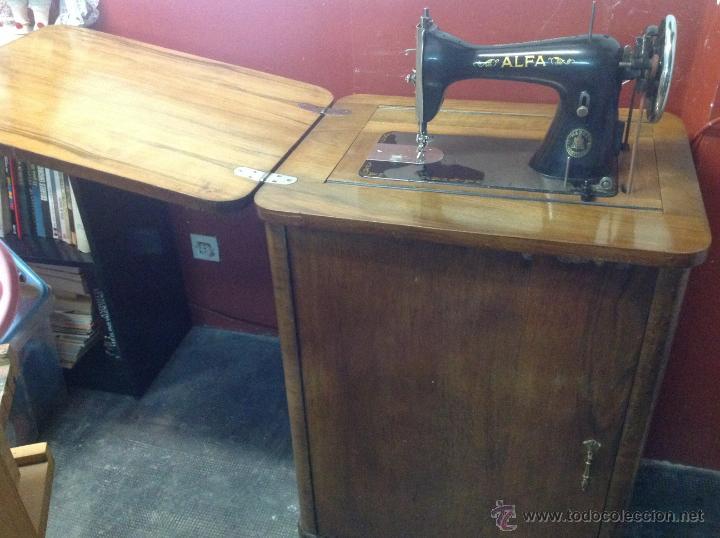 Antigüedades: Máquina de coser y bordar Alfa, de bobina central, mod. A, Eibar, completa. - Foto 4 - 40145869