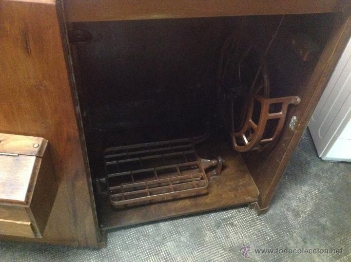 Antigüedades: Máquina de coser y bordar Alfa, de bobina central, mod. A, Eibar, completa. - Foto 9 - 40145869
