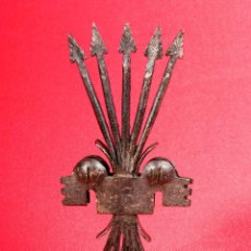 Antigüedades: PIEZA DE HIERRO FORJADO. YUGO Y FLECHAS. FALANGE. Lote 40201775