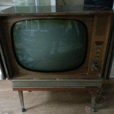 Antigüedades: ANTIGUO TELEVISOR EL MUEBLE ESTÁ ALGO DETERIORADO, NO ENCIENDE.. Lote 40210400