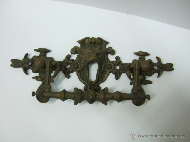 TIRADOR - MANILLA - DE BRONCE - 15 X 7 - CABEZAL DE LEON CON BOCALLAVE (Antigüedades - Técnicas - Cerrajería y Forja - Tiradores Antiguos)