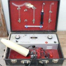 Antigüedades: APARATO MEDICO ANTIGUO ELECTRICO ELECTROTERAPIA RAYOS DOCTO MILLAS EN MALETIN ANTIGUO . Lote 40575430